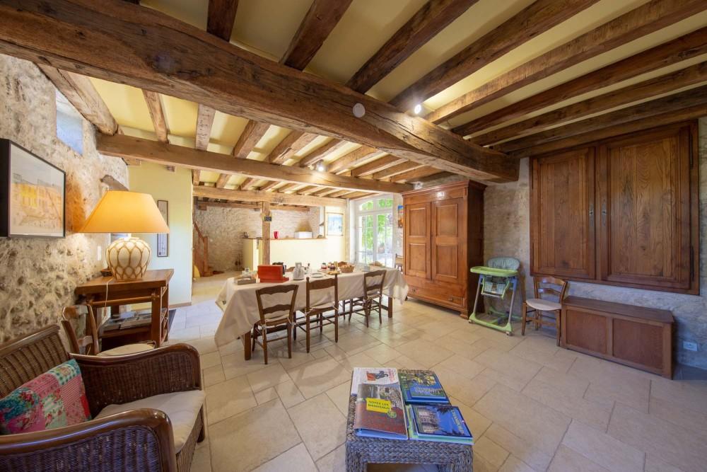 La salle à manger est spacieuse, les pierres et les poutres d'origine y sont mises en valeur. Le salon est à la disposition des hôtes , il est doté d une bibliothèque et d une documentation sur la région.
