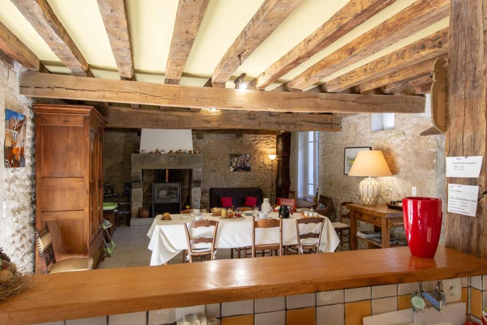 Le petit déjeuner  est servi dans la salle à manger .    Egalement dans cette pièce et le jardin par beau temps, il est possible de dîner.                         La cuisine est équipée .